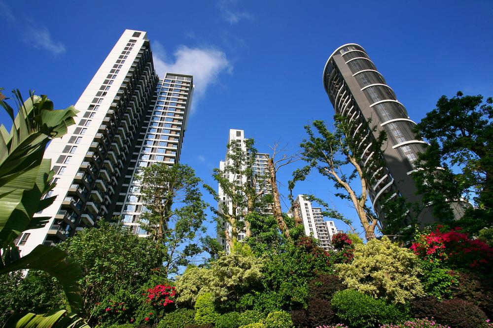 海峡国际社区位于厦门本岛东海岸会展片区之地王级地段,其中4栋精装豪宅分别由四位来自不同国家和地区的大师共同设计,风格各异却又与建筑艺术完美结合,比肩国际级豪宅。一期主力户型面积从120多平米到280平方米,二期为11#-22#共12栋原石滩公寓。 海峡国际社区一期开盘:2007年12月01日; 海峡国际社区二期开盘:2009年08月01日。 海峡国际社区位于厦门本岛东海岸会展片区之地王级地段,占地达到570亩,总建筑面积超过86万平方米,总销售额将超过100亿元。项目周边国际化配套一应俱全,国际会展中心