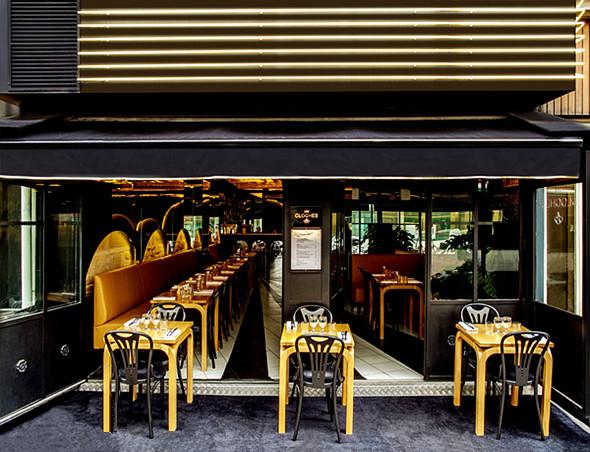 这家小型的西餐厅装修,尤其在夜晚,从墙面到桌椅,像是泼洒了一层