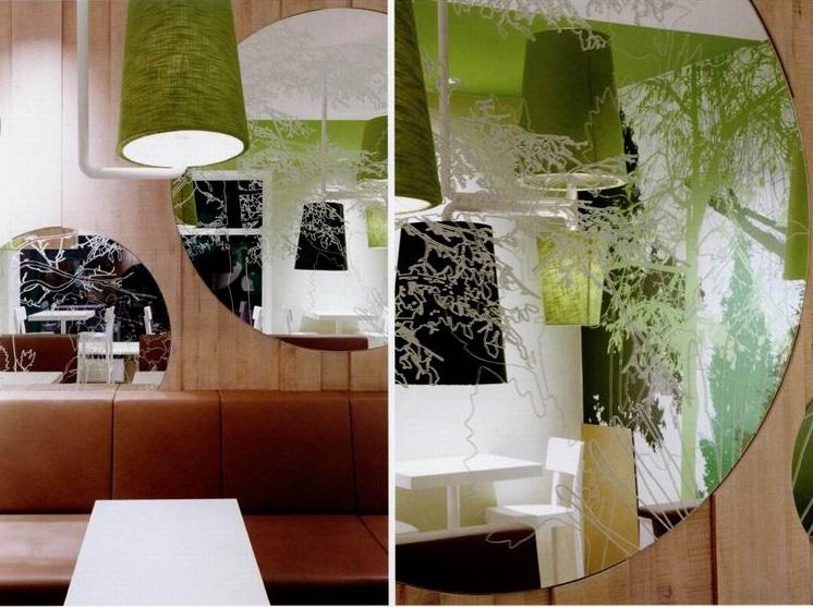 等餐客人的座位是一个棕色的皮质拉长座椅,座椅后面的木制墙壁凸显了餐厅的绿色森林主题。印有树木和森林图案的圆形镜子挂在墙上。不同高度、不同大小的吊灯悬挂在餐桌上方。树形装饰布满了整面墙,同时也映射在玻璃窗上。从外面看餐厅的内部,会有一种方位体验的感觉。镜子中的玻璃上的影像互相呼应、重叠,给人一种真正的全方位体验之感。