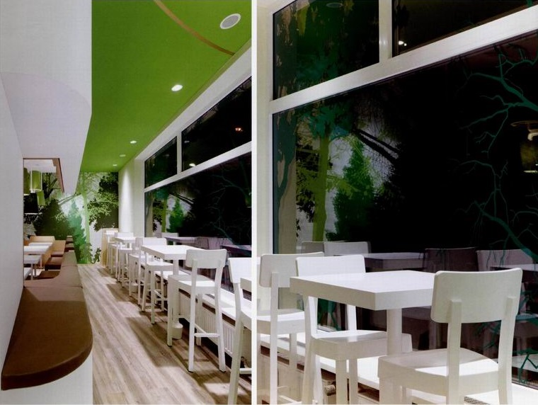 回归自然,自然系主题自助餐厅装饰装修设计。 该餐饮空间设计旨在为客人提供一个好的路线指导,这对于一家自助餐厅设计来说至关重要。 进入这间餐厅,客人就被引向前面的吧台,这是一个独立的空间,吧台上悬挂着菜单板,上面展示着本店的菜品图片。