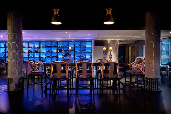 酒吧在设计上,采用欧式装修风格与中式装饰元素相混搭.